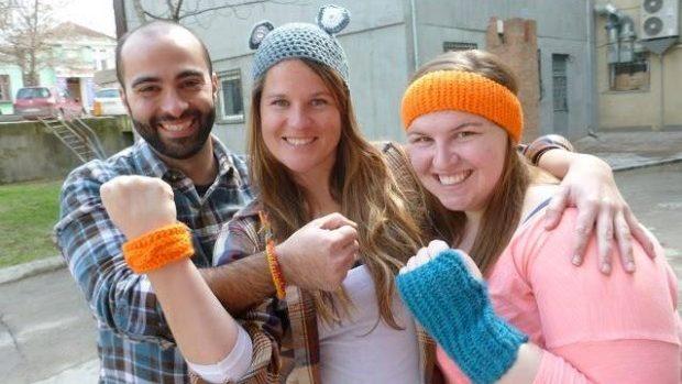 (foto) De la idee la afacere: povestea a trei liceene care tricotează accesorii reflectorizante