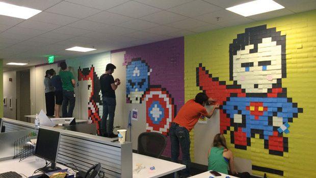 (foto, video) Ingenios! Cum să-ți personalizezi biroul plictisitor cu post it-uri colorate