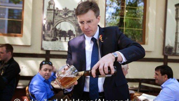 (foto) Dorin Chirtoacă la o bere alături de cel mai bun Primar pe care l-a avut Chișinăul