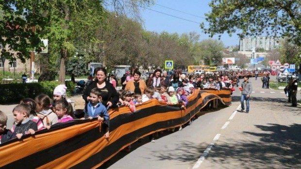 (foto) Lumi paralele: La Vulcănești a fost etalată o panglică de 365 metri a Sfântului Gheorghe