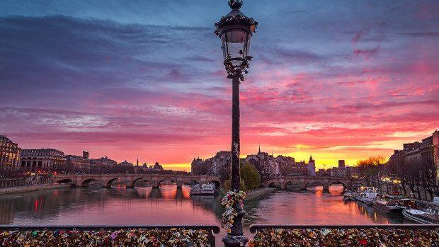 Pe renumitul pod al dragostei din Franța este interzisă agățarea lacătelor