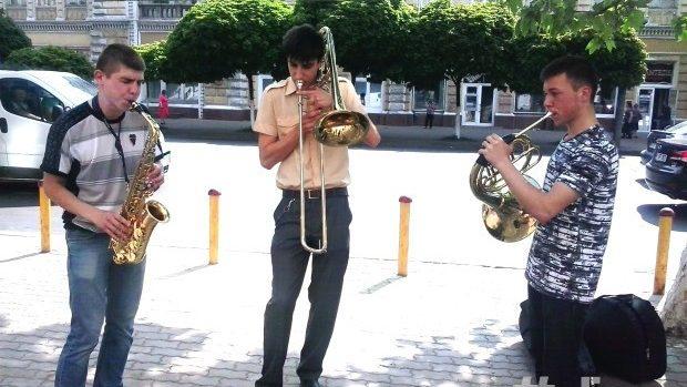 (video) Talent la cub: Trei tineri muzicieni au încântat publicul din Centrul Capitalei