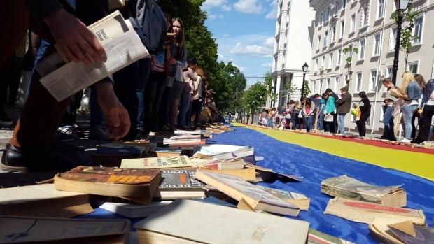 (foto) Strada Pietonală a Cărților: Peste 3.000 de cărți au fost distribuite gratis la Chișinău