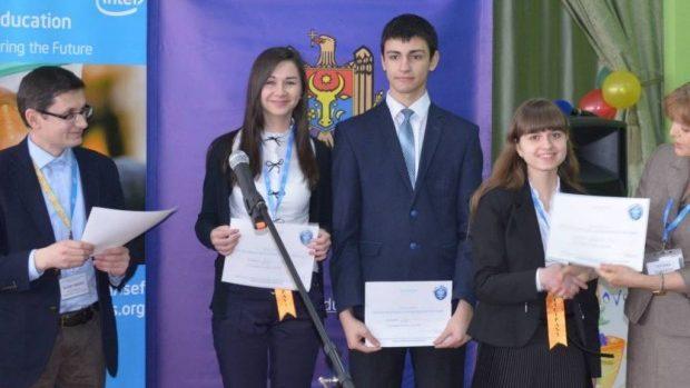 Patru elevi reprezintă Moldova la cea mai mare competiție de știință și inginerie din lume