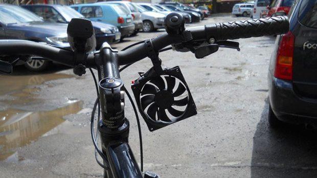 Un adolescent a inventat un încărcător de bicicletă pentru smartphone. Costă doar 5 dolari