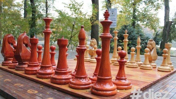 O tablă gigantică de șah se instalează la Ungheni