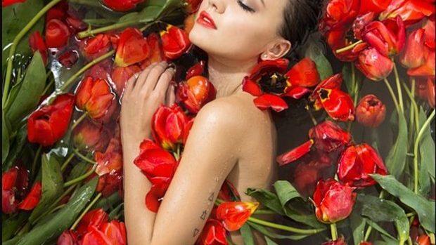 (foto) Senzualitate și lalele roșii în fotografiile Elenei Goroshka