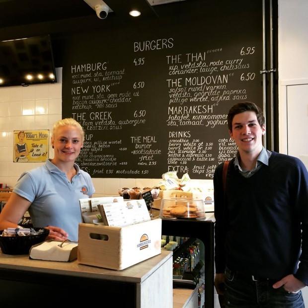 Max, din Germania, primul cumparator la Hamburgeria. PC: Hamburgeria.nl