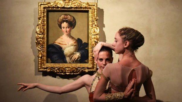 Artă dublă într-o galerie italiană: dansul combinat cu pictura