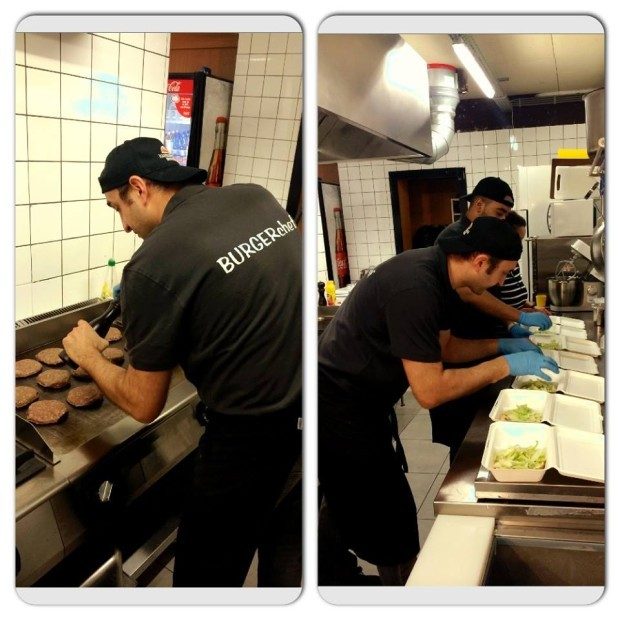 Alex cu echipa din bucătărie, pregătind o comandă de 13 hamburgeri în meniu, concomitent. PC: Hamburgeria.nl