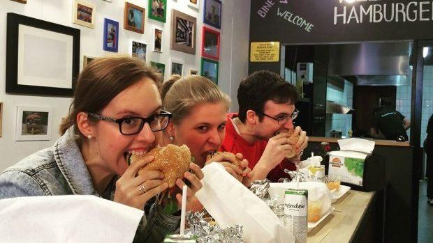 (foto) Hamburgeria – restaurantul unui cuplu de moldoveni cu fast-food sănătos a cucerit olandezii