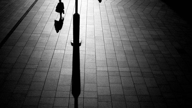 (foto) Contrastul monocrom al umbrelor în compania unei figuri melancolice