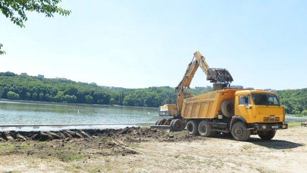 """(foto) A început amenajarea plajei Lacului """"Valea Morilor"""""""