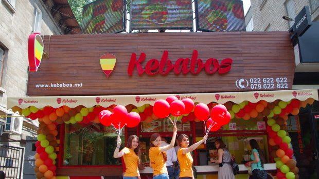"""(foto) """"Kebabos"""" a sărbătorit un an la noua sa adresă: Mâncarea fast-food poate fi sănătoasă"""
