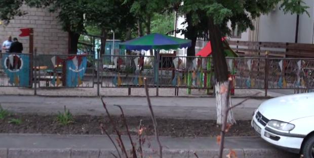 (video live) Un tânăr înarmat s-a baricadat într-o grădiniță din centrul Capitalei