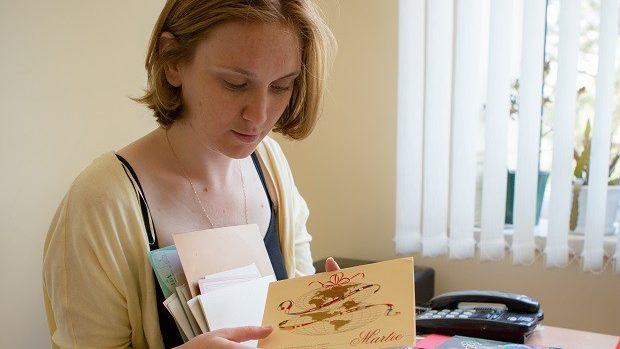 (foto) Cristina Smolenschi – tânăra care are în colecția sa peste 1.000 de cărți poștale de pe patru continente