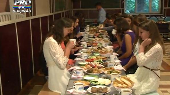 (video) Fără fițe și ținute scumpe. Cum arată un Bal de Absolvire al celor care sunt singuri în fața sorții