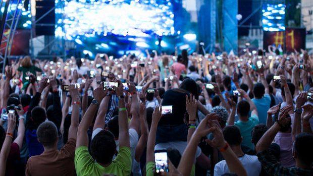(foto) Chișinăul a dansat aseară pe muzică trance. Mii de fani au venit să-l vadă pe Armin van Buuren