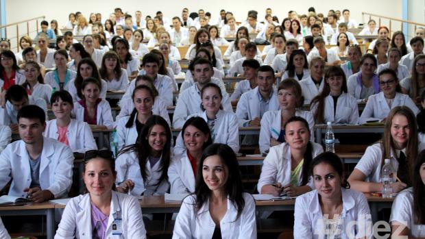 """Au terminat cei șase ani de facultate cu cele mai mari note. Cine sunt studenții """"de aur"""" de la Medicină"""