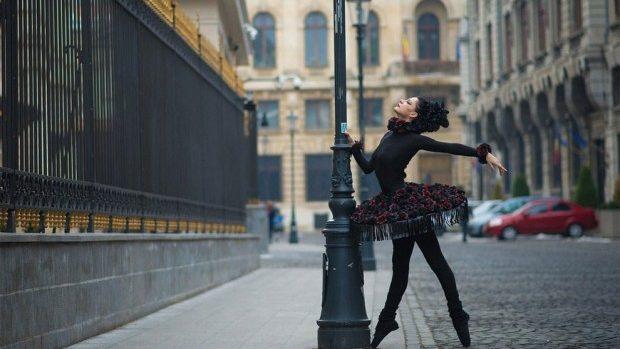 (foto) Urban Swan: Proiect fotografic ce reliefează grația balerinelor pe străzile Bucureștiului