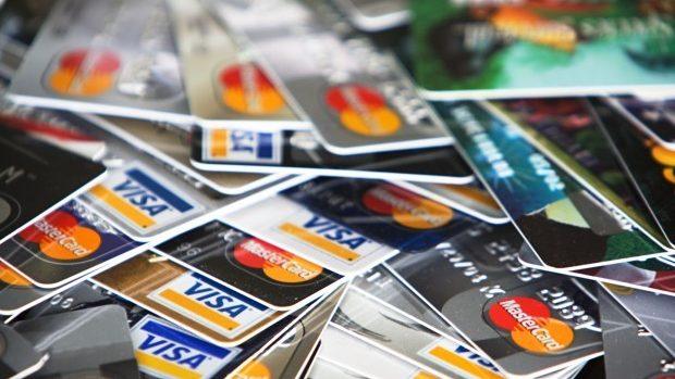 Tot mai mulţi moldoveni efectuează plăţi cu cardul bancar. Volumul operațiunilor atinge suma de 47 miliarde lei