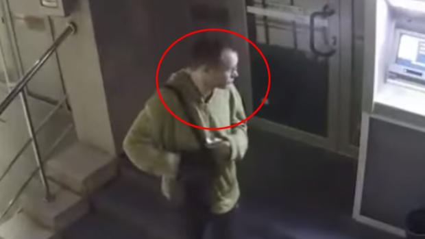 (video) Poliția îl caută! Tânărul din imagine a sustras 28.000 de lei de pe un card bancar