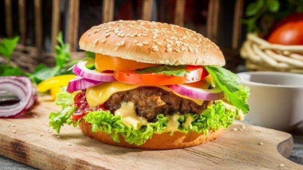 Primul hamburger a fost vândut acum 115 ani în America