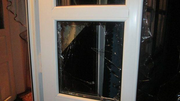 Tineri teribiliști! Cu cagule pe cap și înarmați cu bâte, au deteriorat geamurile unei casei și i-au bătut pe proprietari