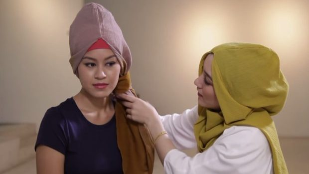 (foto, video) Linia de haine pentru fetele musulmane demonstrează că modestia e stilată