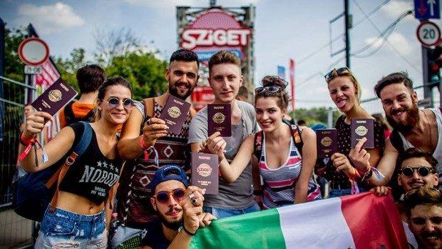 10 lucruri esențiale pe care trebuie să le iei cu tine la festivalurile în aer liber