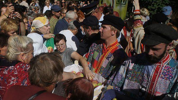 (foto) Două tone de mere moldovenești au fost împărțite în Sankt Petersburg în 20 de minute