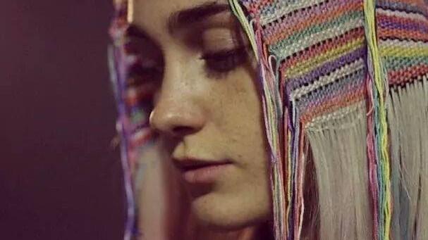 (foto) Țese-ți curcubeul în păr. Hair Tapestry e noul trend al verii 2015