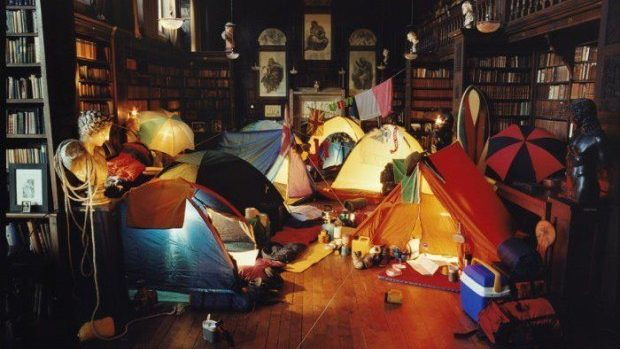 Atmosferă de camping cu corturi, marshmallows și stele într-un birou din Chișinău. Participă și tu