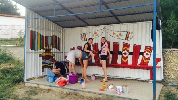 (foto) Tinerii au pictat o Bancă a Dorului pe o stație din Sociteni, raionul Ialoveni