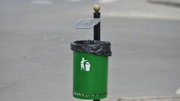 (foto) Un coș de gunoi a fost furat în această noapte din centrul Chișinăului