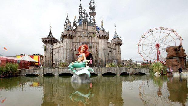 """(video, foto) Cum arată """"Dismaland-ul"""" – expoziția artistului Banksy care parodiază Disneyland-ul"""