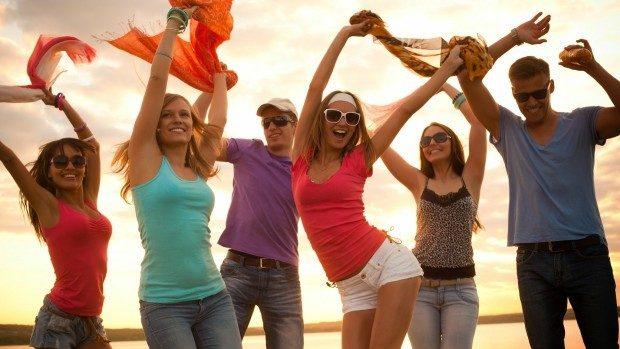 (studiu) Tinerii de azi sunt egoişti şi superficiali, dar inteligenţi şi pragmatici