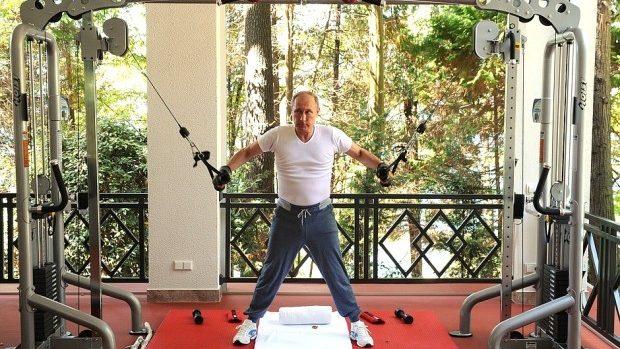 (foto, video) Putin și Medvedev în ipostaze neoficiale la Soci. Au mers la sală, apoi și-au gătit la grătar