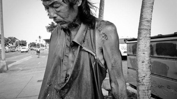 (foto) După 10 ani de fotografiat oameni ai străzii, o tânără și-a găsit tatăl printre ei