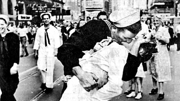 Sute de cupluri din SUA au recreat celebra imagine a sărutului imortalizată în 1945 în Times Square