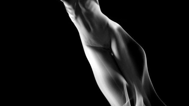 "(foto) ""Smoke"" – nuduri feminine fumegând halucinant, devenite figuri efemere"