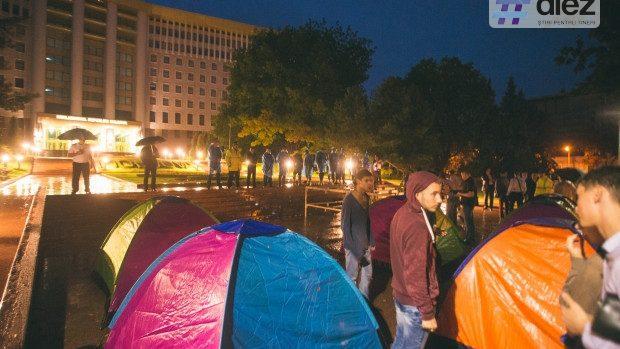 """(foto) Nici ploaia nu-i sperie! PSRM și Partidul Nostru și-au făcut propriul """"orășel al corturilor"""" în fața Parlamentului"""