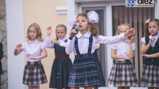 """(foto) Liceul """"Prometeu-Prim"""" a urat bun venit tuturor elevilor săi la careul din 1 septembrie"""