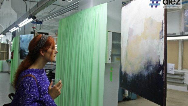 (foto) Tinerii artiști și-au expus picturile la o fabrică de confecții textile din Chișinău