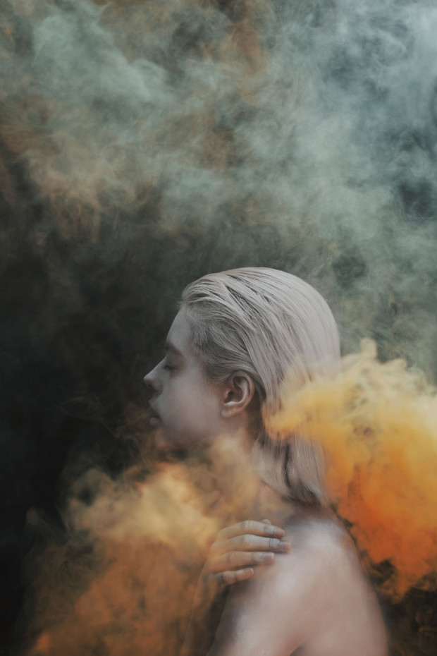 Using-smoke-bombs-to-create-powerful-portraits6__880