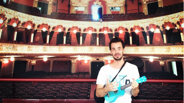(foto, video) Călătoria în Moldova a tânărului care cucerește Europa cu ukulelele