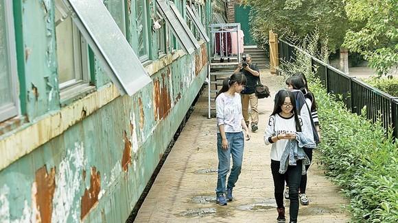 (foto) Dintr-un tren părăsit au făcut un cămin pentru elevi