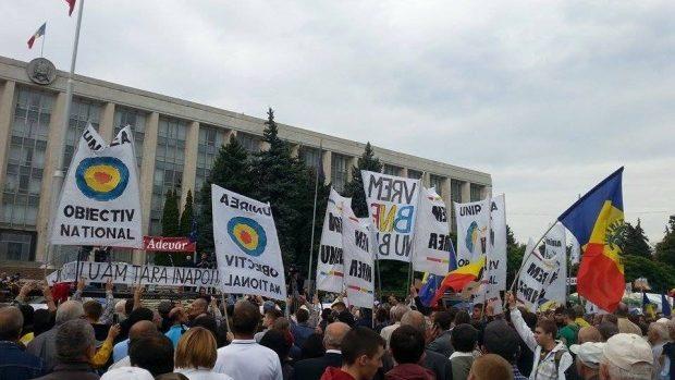 Protestatarii cu pancarte unioniste au fost bruscați! Nu li se permite să participe la protest