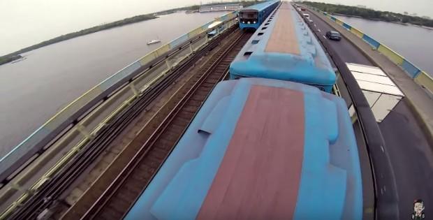 (video) Teribilismul unui tânăr din Rusia. S-a filmat în timp ce alerga pe acoperișul unui tren în mișcare
