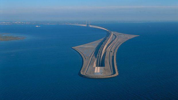 (foto) Podul care intră în tunel sau tunelul care se urcă pe pod și leagă Danemarca de Suedia